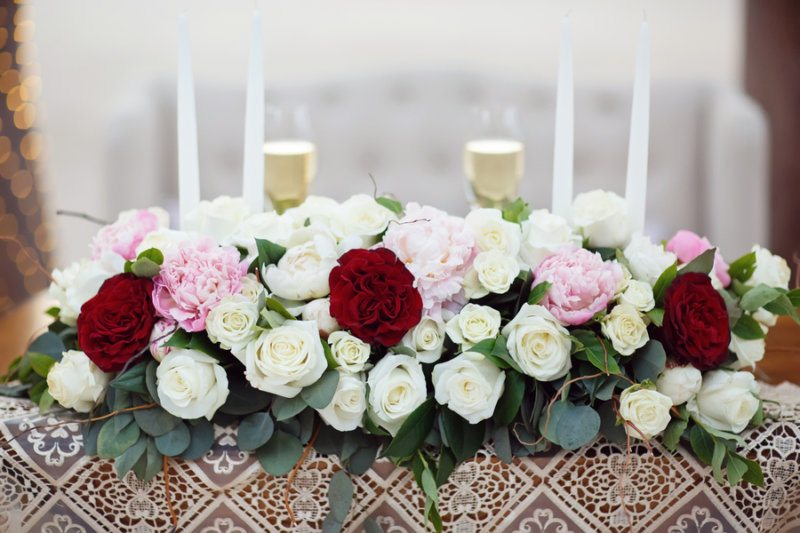 red and white rose tablescape