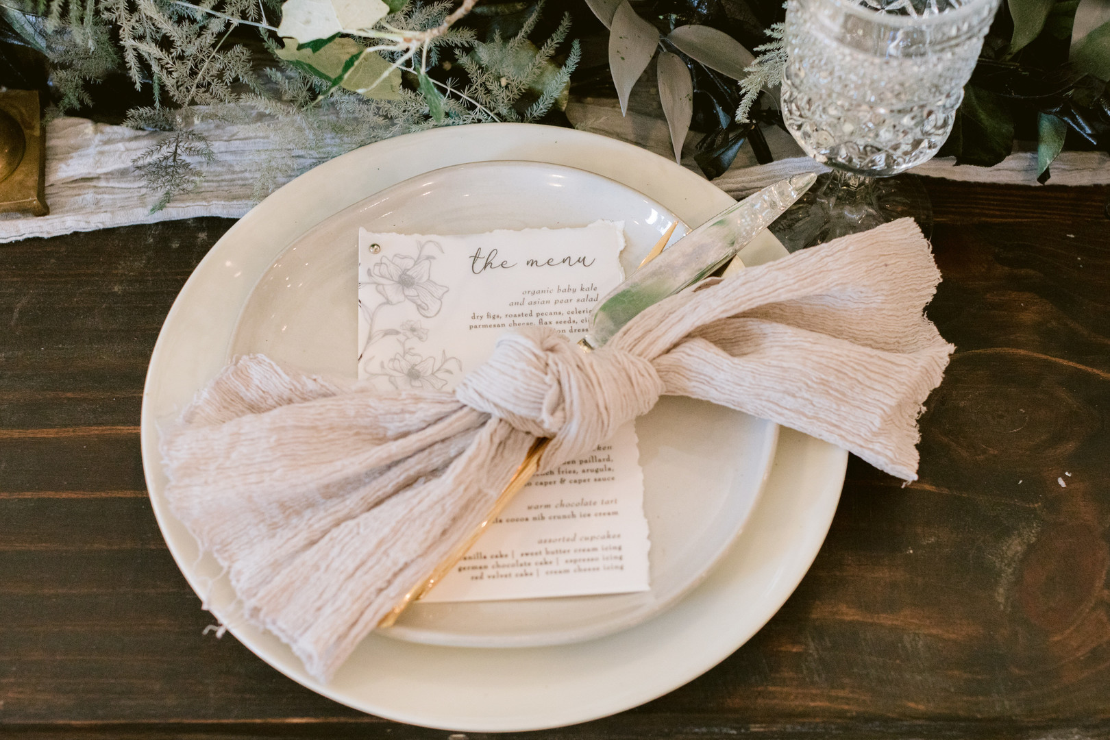 Il Mercato Wedding, New Orleans Wedding, Magazine Street Wedding, neutral color wedding menus, gold serve ware, neutral napkins for wedding