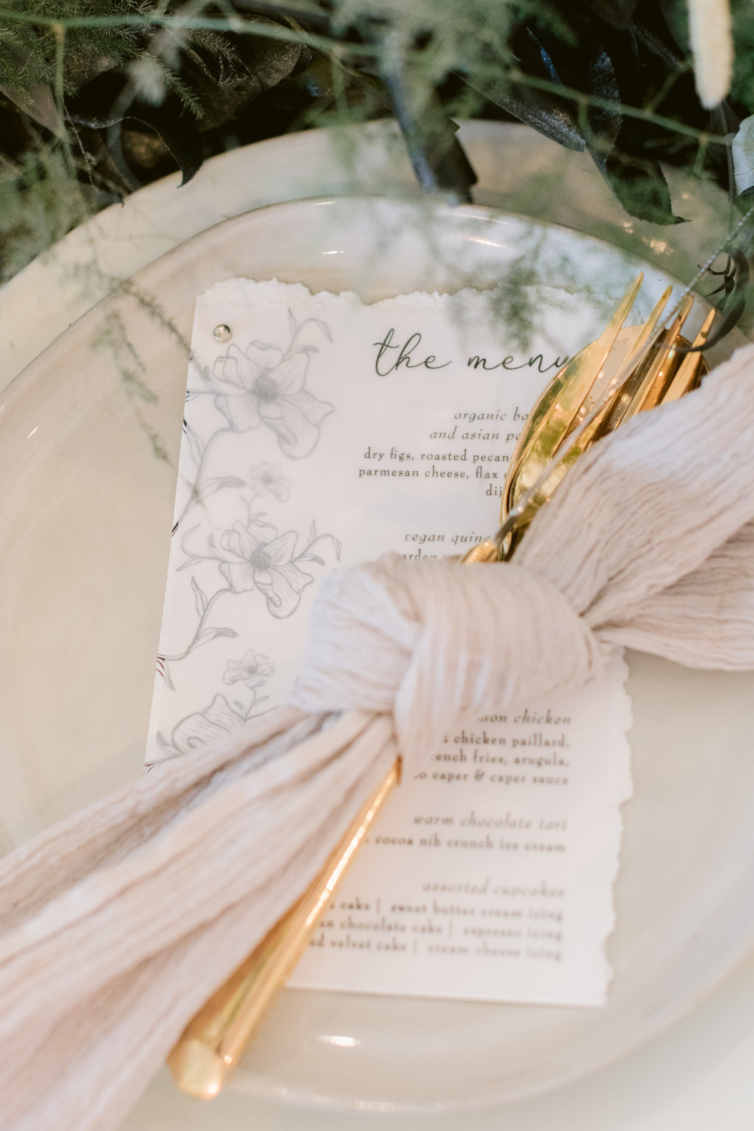 Il Mercato Wedding, New Orleans Wedding, Magazine Street Wedding, gold flatware, neutral napkins, napkin ties, wedding menus