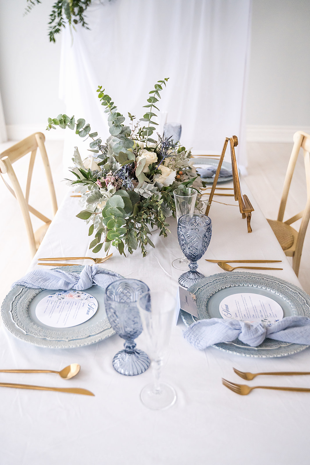 blue wedding table decor ideas with gold utensils