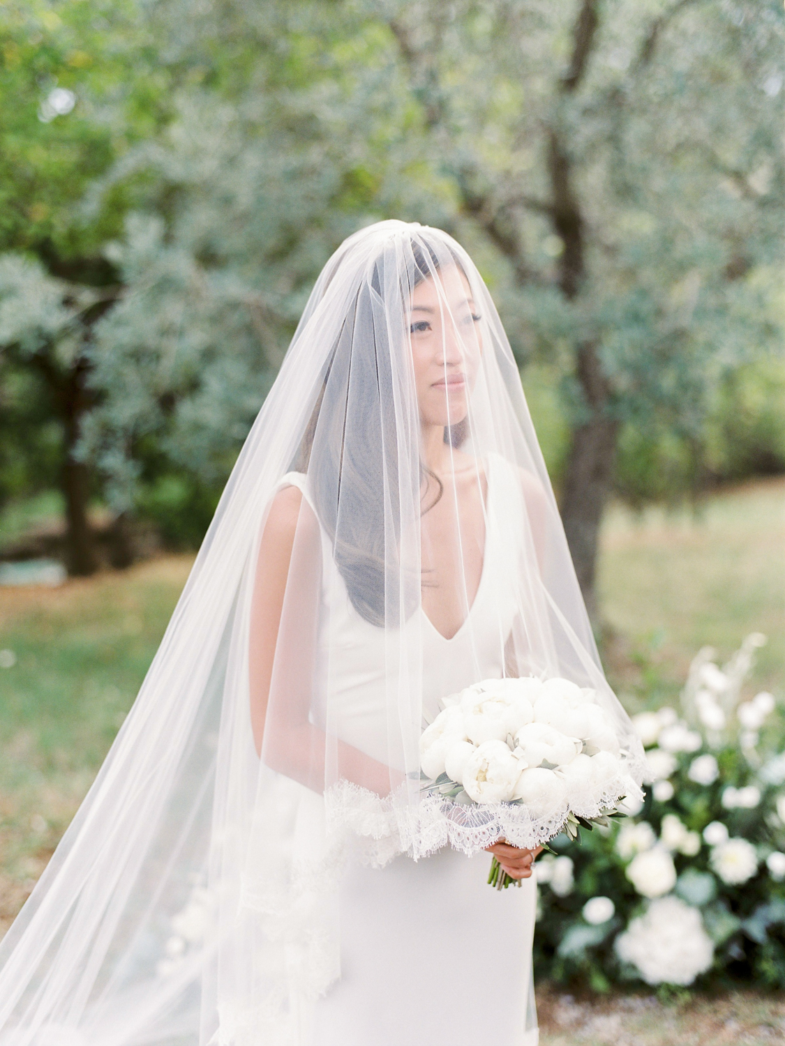 bride wear a simple white veil
