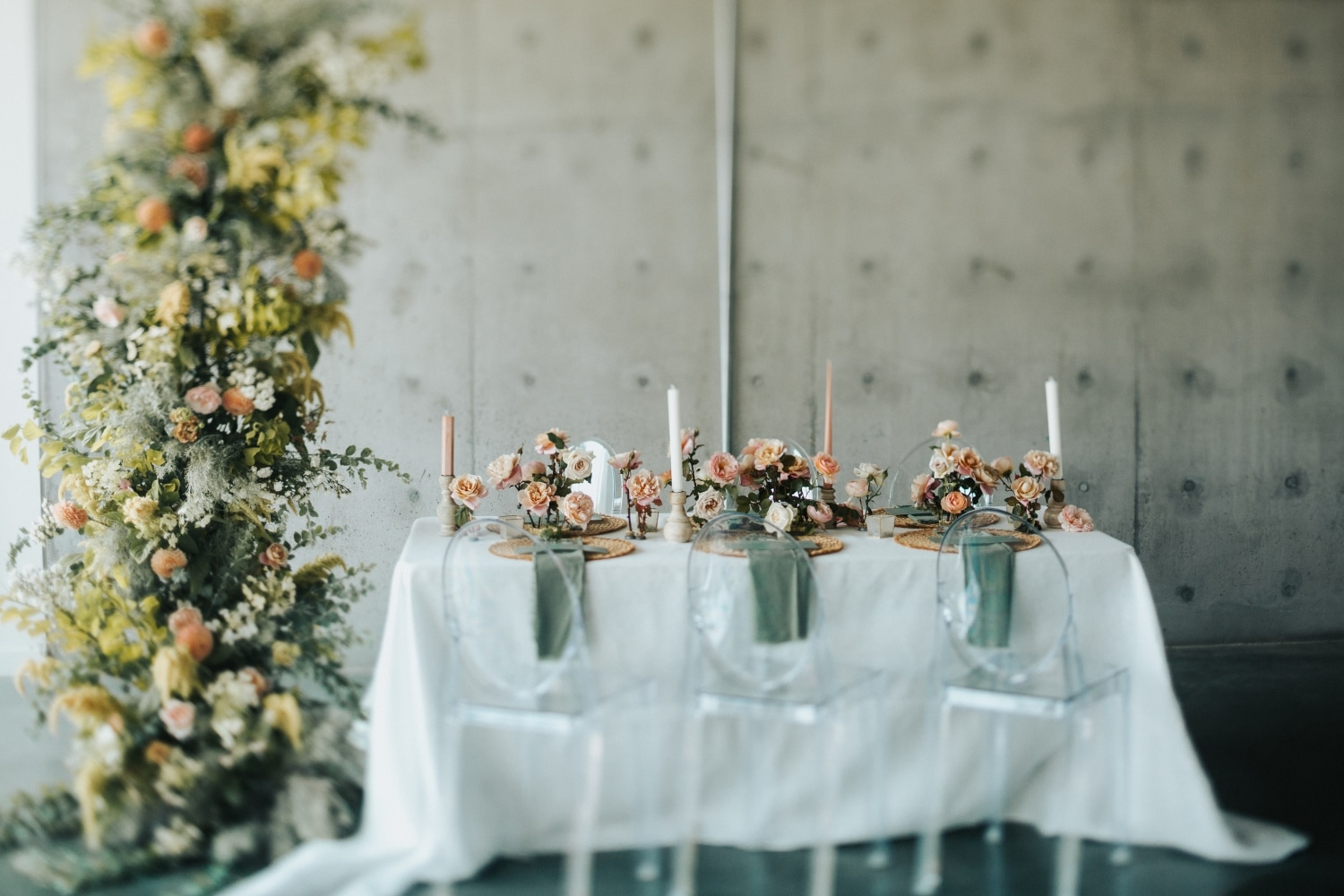 Jupiter hotel wedding with green table runner with florals